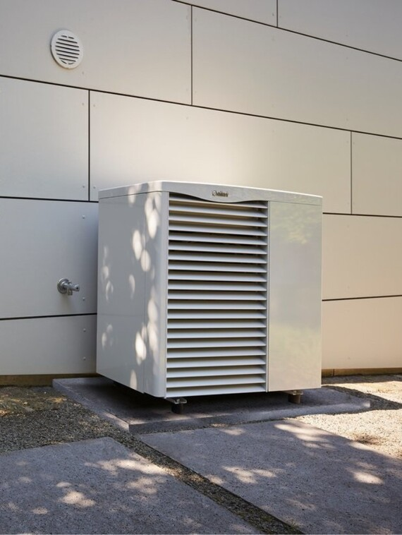 https://www.vaillant.co.uk/images/products/renewables/arotherm-heat-pump/arotherm-hybrid-1112764-format-3-4@570@desktop.jpg