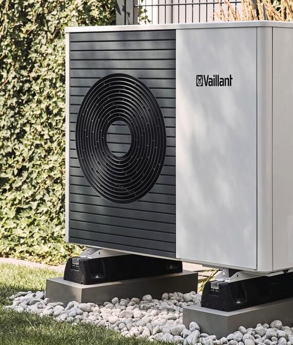 https://www.vaillant.co.uk/images/products/renewables/arotherm-split/people18-45614-01-1454122-format-5-6@570@desktop.jpg