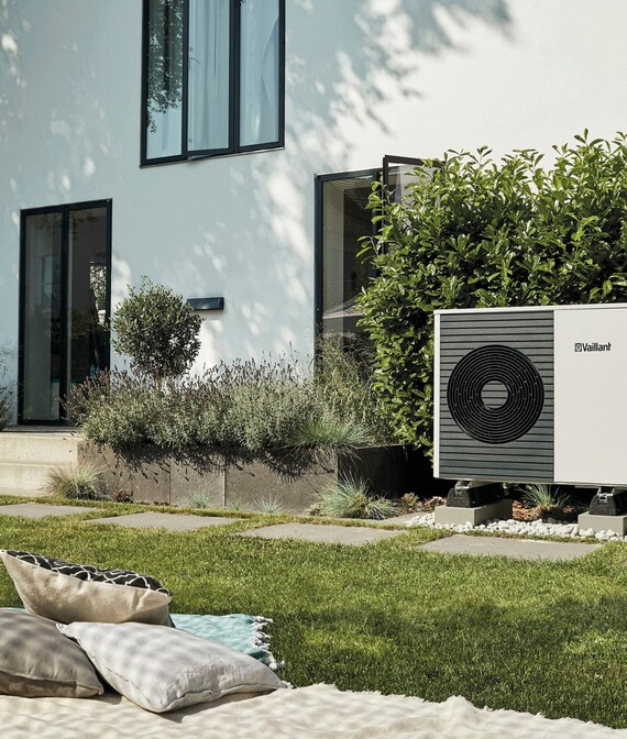 //www.vaillant.co.uk/media-master/global-media/vaillant/product-pictures/outdoor-shooting-arotherm-2018-v2/people18-45587-01-1441338-format-5-6@570@desktop.jpg